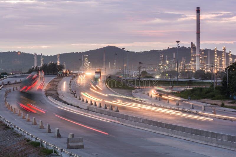De container van het vrachtwagenvervoer op de weg aan de haven stock afbeeldingen