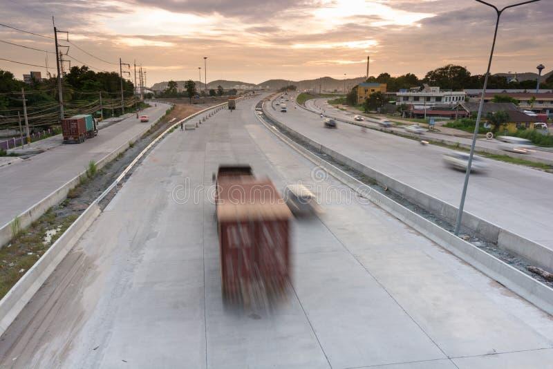 De container van vrachtwagenaanhangwagens stock foto's