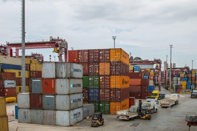De container wordt verminderd van het schip dat de haven nadert royalty-vrije stock foto