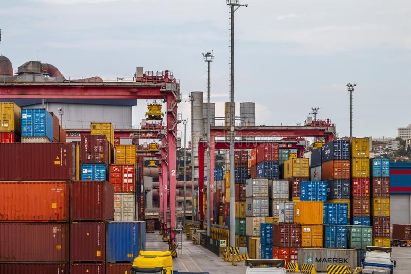 De container wordt verminderd van het schip dat de haven nadert royalty-vrije stock foto's