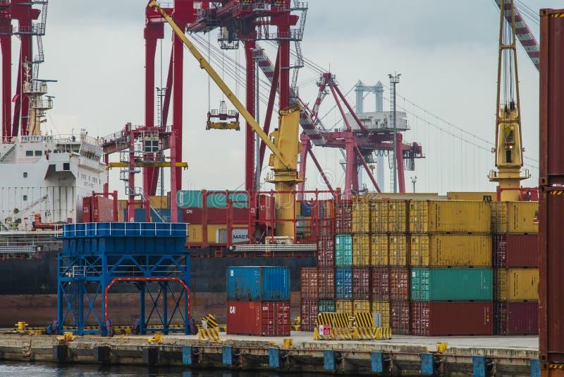 De container wordt verminderd van het schip dat de haven nadert royalty-vrije stock fotografie