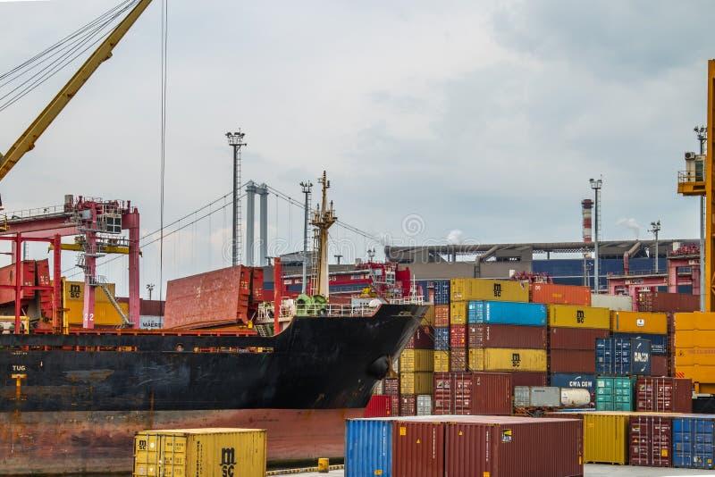De container wordt verminderd van het schip dat de haven nadert royalty-vrije stock afbeelding