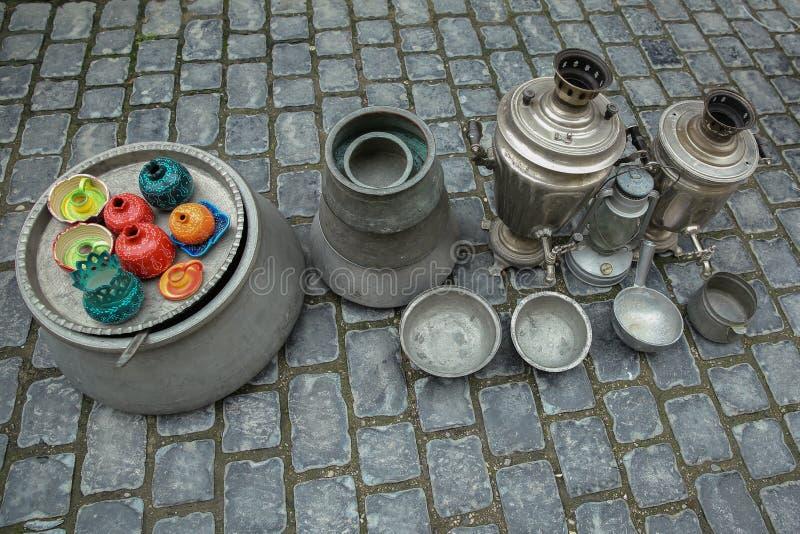De containers en andere herinneringen verkochten op een lokale markt in de oude stad van Baku Icheri Sheher, Azerbeidzjan De Oude royalty-vrije stock foto's