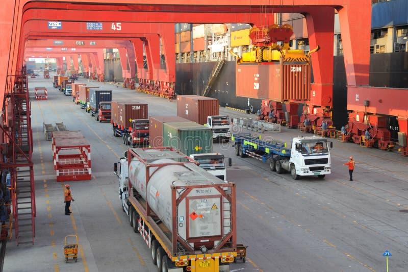 De Containerterminal van de Qingdaohaven royalty-vrije stock afbeeldingen