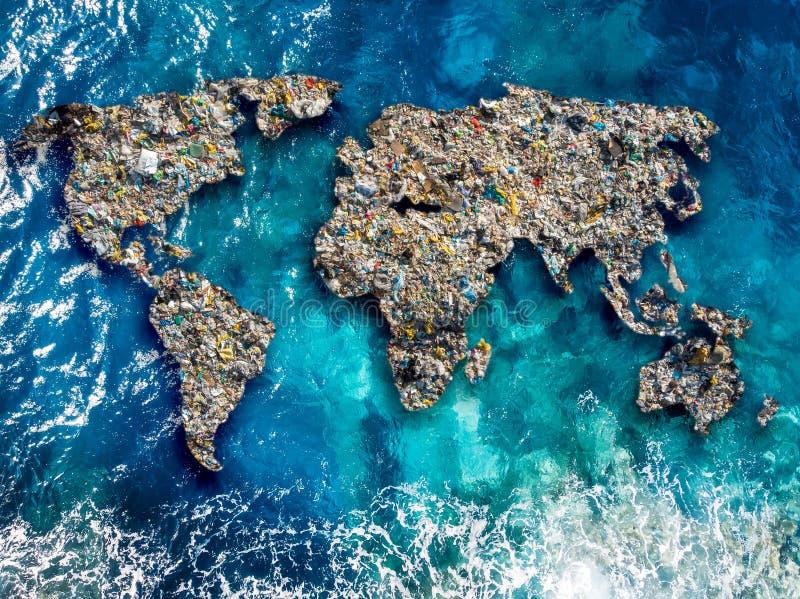 De continentenaarde wordt samengesteld uit huisvuil, door oceaanwater wordt omringd dat Conceptenmilieuvervuiling met plastiek en stock foto