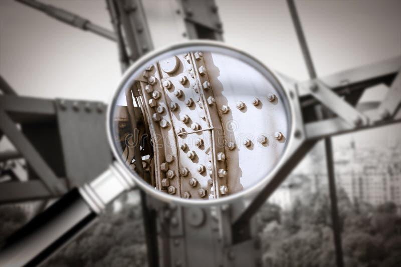 De controle en het toezicht op de staat van instandhouding van een metaal structureren - Detail van een oude metaalstructuur van  stock afbeelding