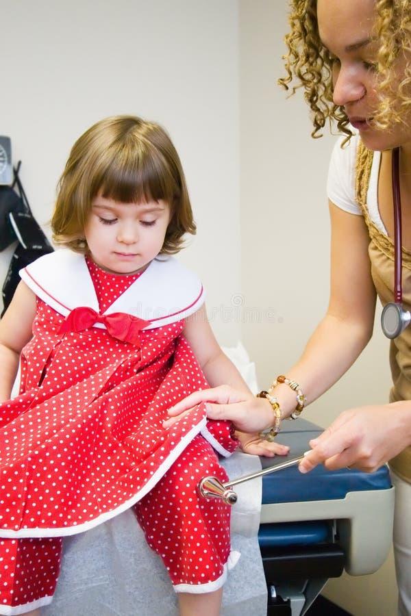 De Controle van het kind op het Kantoor van de Arts stock foto