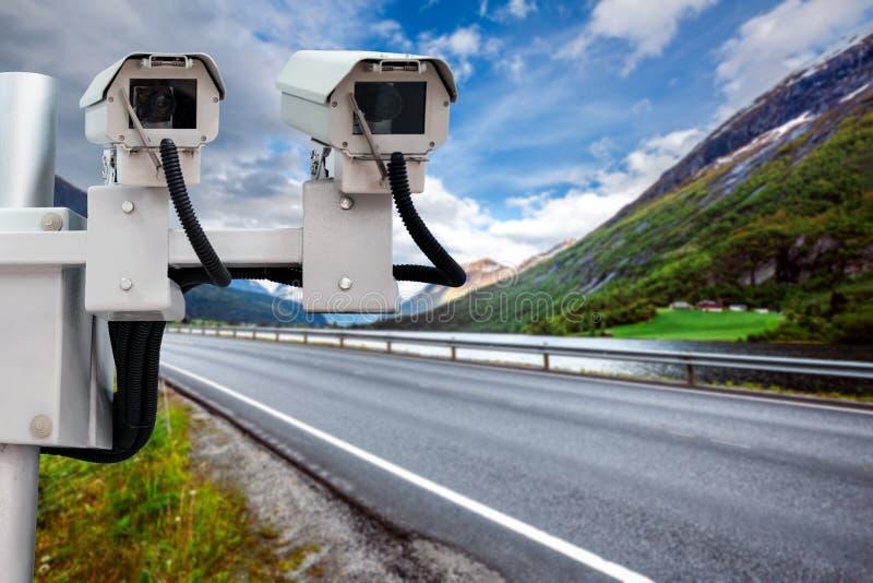 De controlecamera van de radarsnelheid op de weg stock foto