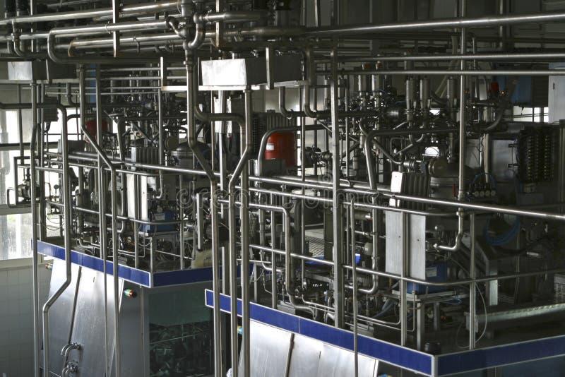 De controlekleppen van de temperatuur en pijpen in moderne zuivelfabriek royalty-vrije stock foto