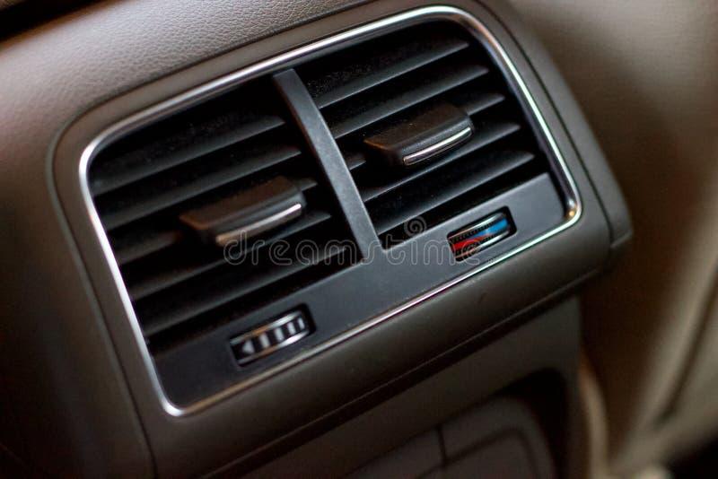 De controles van de passagiersairconditioning op een automatische versnellingsbak compacte luxe crossov stock afbeeldingen