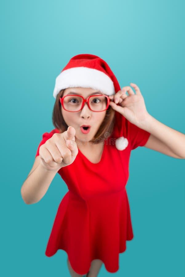 De corpo inteiro da menina asiática alegre atrativa no ponto do chapéu do ` s de Santa foto de stock