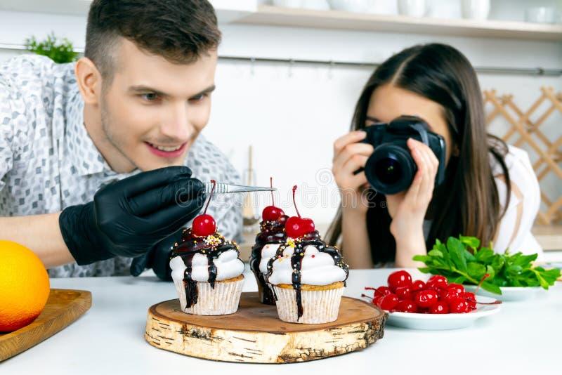 De coulisse van de voorraadfotografie Mens bij keuken stock afbeeldingen