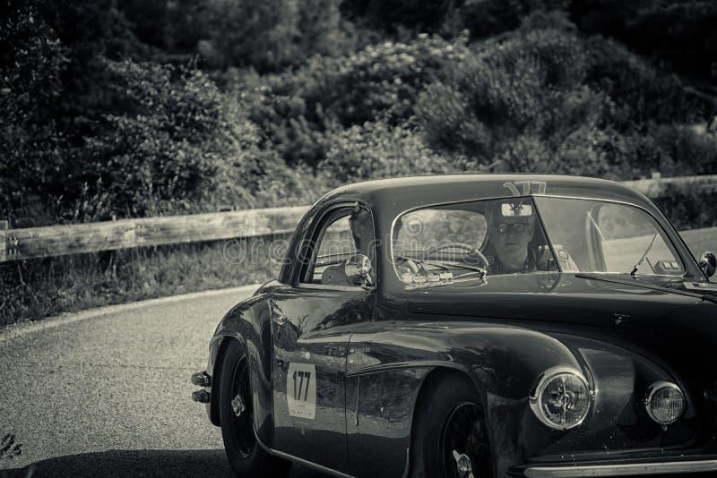 De COUPÉ die van ALFA ROMEO 6C 2500 SS 1949 op een oude raceauto in verzameling Mille Miglia 2018 REIZEN beroemd Italiaans histor stock foto's