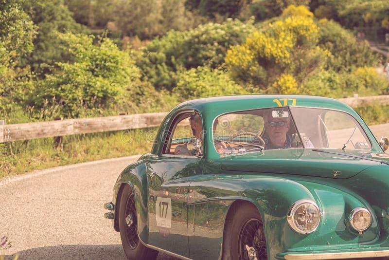 De COUPÉ die van ALFA ROMEO 6C 2500 SS 1949 op een oude raceauto in verzameling Mille Miglia 2018 REIZEN beroemd Italiaans histor stock afbeelding