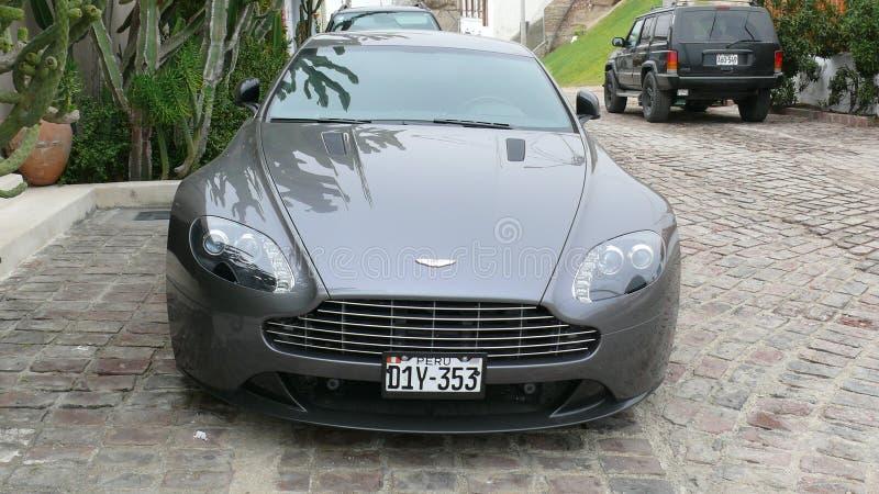 De coupé van Gray Aston Martin Vantage S in Lima wordt geparkeerd dat stock foto