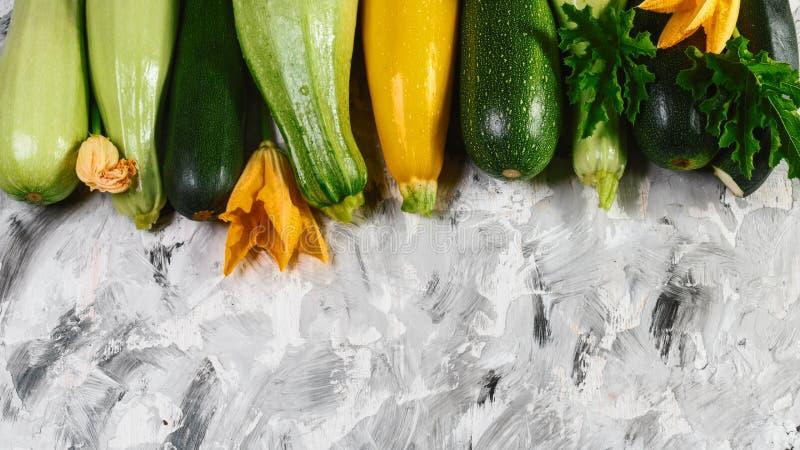 De courgette van het pompoenmerg Verse product-groenten vegetables Op een witte houten lijst Seizoengebonden lokaal de opbrengsco royalty-vrije stock afbeelding