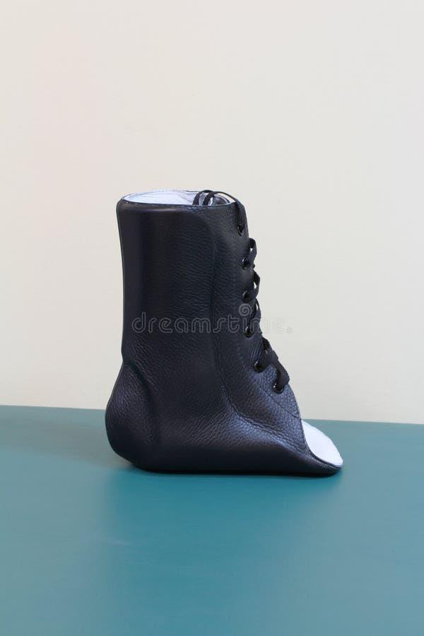 De couro pretos atam acima a opinião lateral de cinta de tornozelo foto de stock royalty free