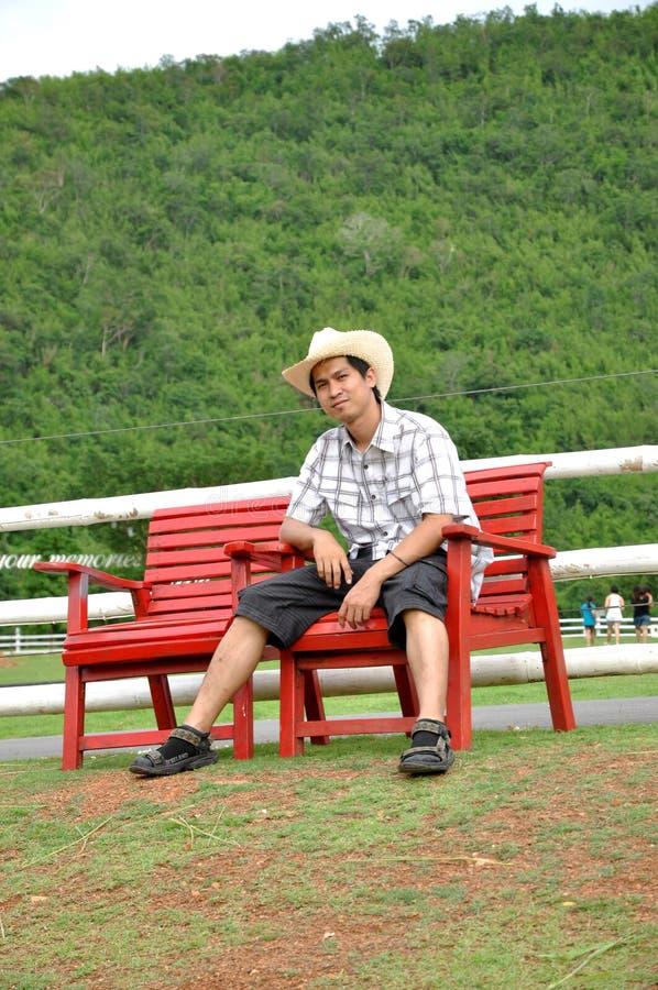 De Cowboy van de Glimlach van de Mens van Azië Thailand zit royalty-vrije stock afbeeldingen