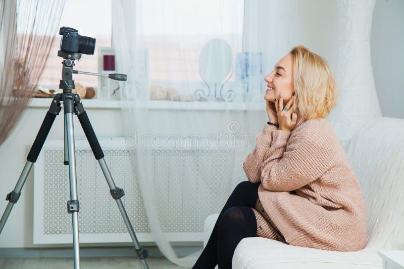 De creatieve jonge videoblog van de vrouwenopname voor sociaal media netwerk stock fotografie