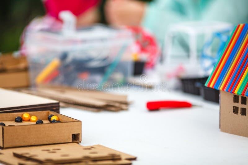 De creatieve kinderen spelen met ambacht Leuke peuterkinderenprepa stock afbeelding