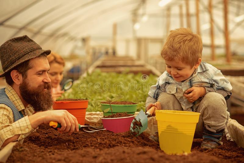 De creatieve mensen zullen succes in alles krijgen de vader en de zoon zijn creatieve mensen zaken voor creatieve mensen stock afbeelding