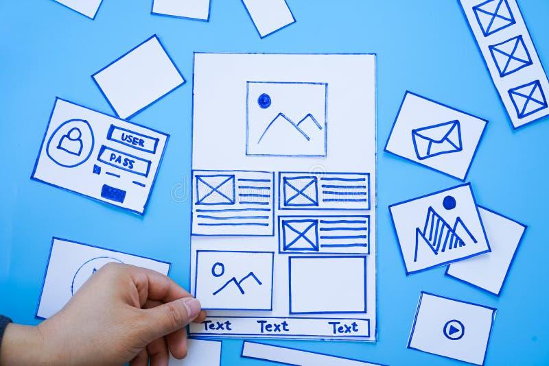 De creatieve mobiele ontvankelijke sorterende wireframe schermen van de websiteontwerper van mobiel de ontwikkelingsprototype van stock afbeeldingen