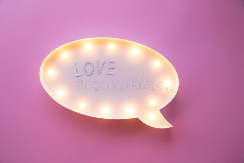 De creatieve romantische samenstelling van Valentine Day vlak leg de liefde van de de vieringstekst van de liefdevakantie op ligh royalty-vrije illustratie
