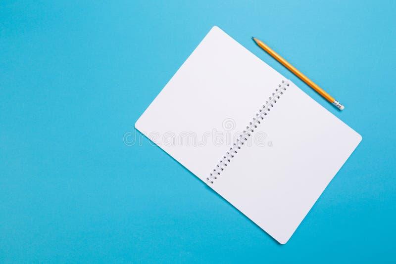 De creatieve vlakte legt foto van werkruimtebureau Hoogste meningsbureau met open spot op notitieboekjes en potlood en installati royalty-vrije stock afbeeldingen