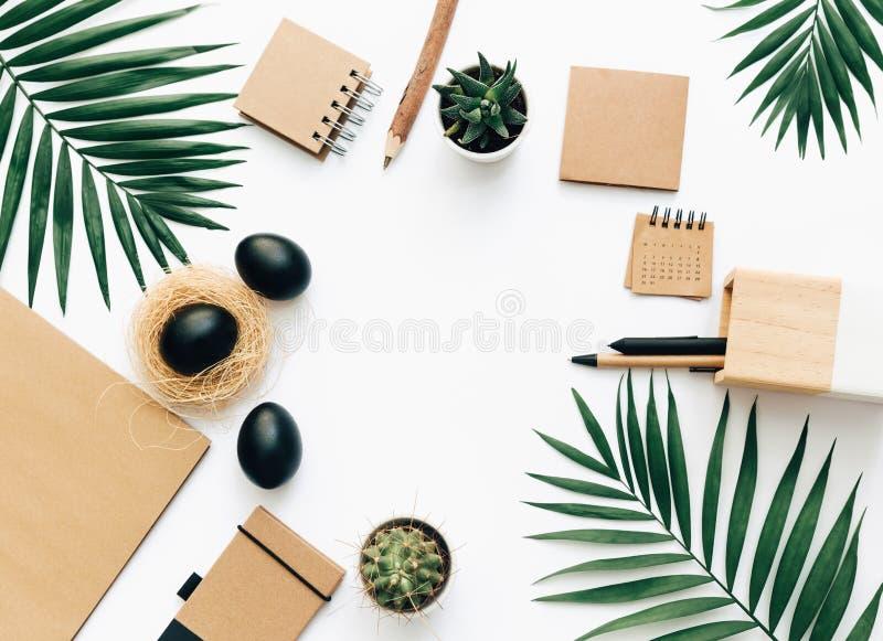 De creatieve vlakte legt kantoorbehoeften met zwarte paaseieren stock afbeelding