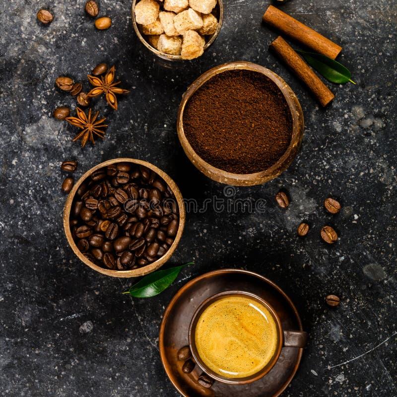 De creatieve vlakte legt met gemalen koffie, koffiebonen, bruine suiker royalty-vrije stock fotografie