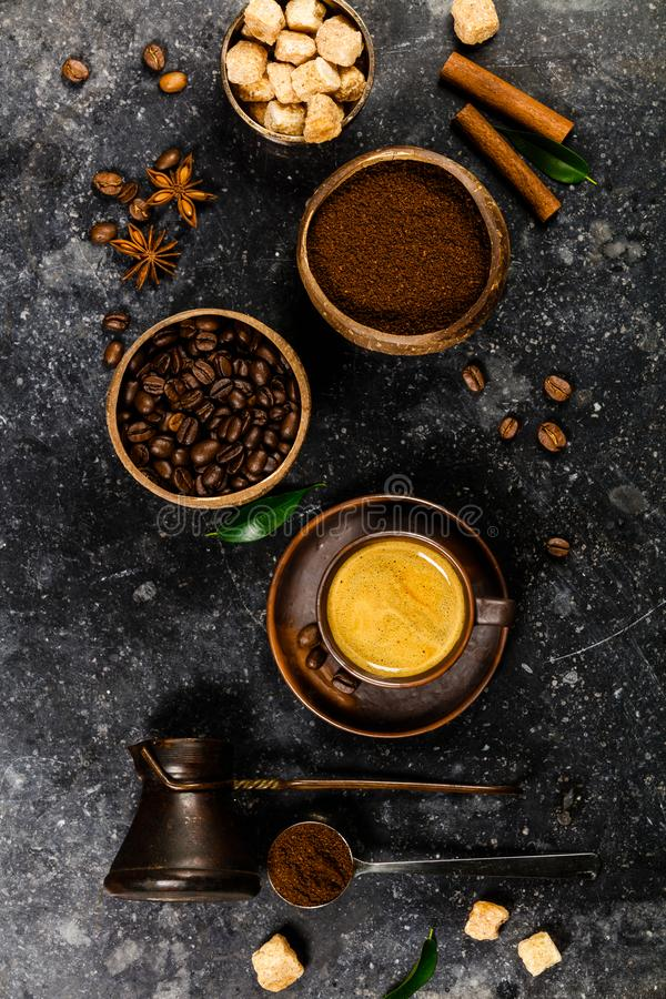 De creatieve vlakte legt met gemalen koffie, koffiebonen, bruine suiker en espresso stock foto's
