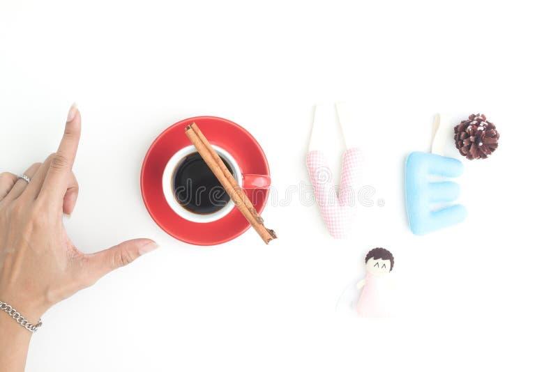 De creatieve vlakte legt met de hand van woordliefde, kop van koffie en genaaid stock foto's