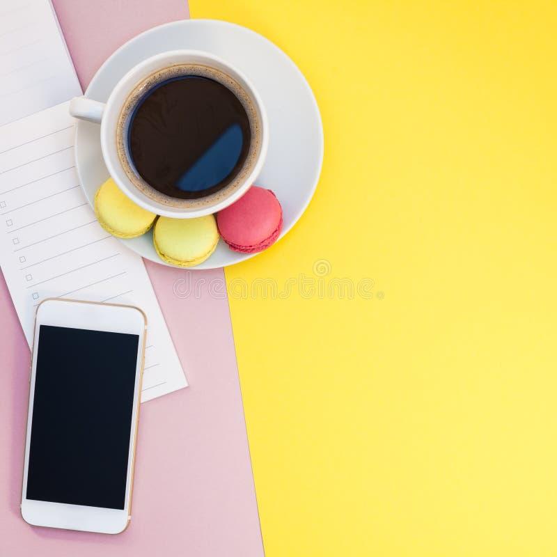 De creatieve vlakte legt met koffiekop en makarons stock fotografie