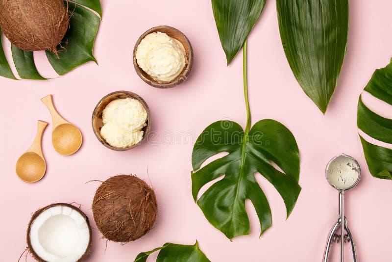 De creatieve vlakte legt met kokosnotenroomijs en tropische installaties royalty-vrije stock afbeeldingen