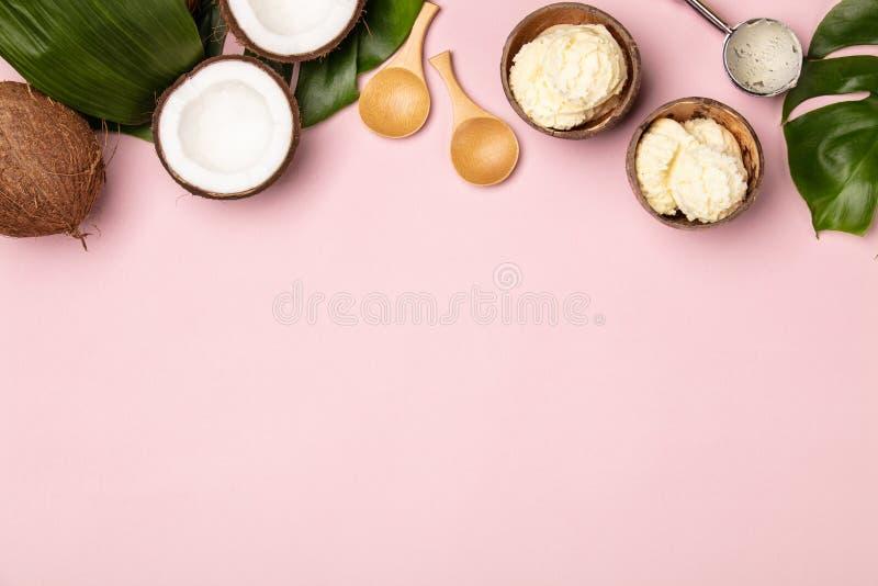 De creatieve vlakte legt met kokosnotenroomijs en tropische installaties royalty-vrije stock fotografie