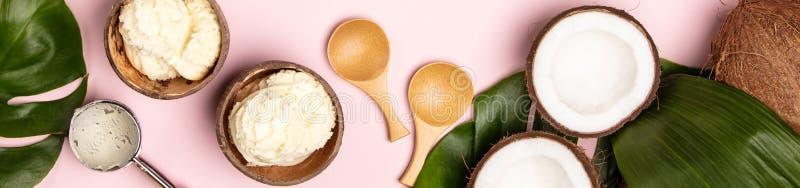 De creatieve vlakte legt met kokosnotenroomijs en tropische installaties stock foto