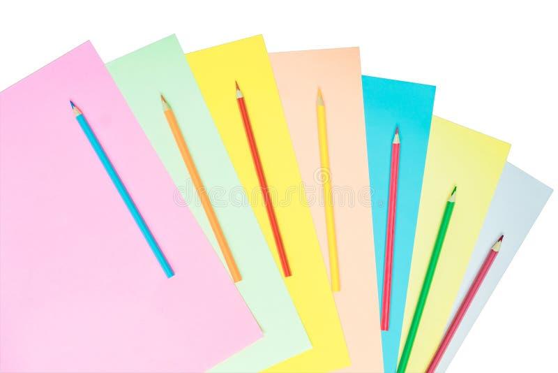 De creatieve vlakte legt met school suppllies multicolored potloden en de Pastelkleur kleurden document dat op witte achtergrond  royalty-vrije stock afbeeldingen