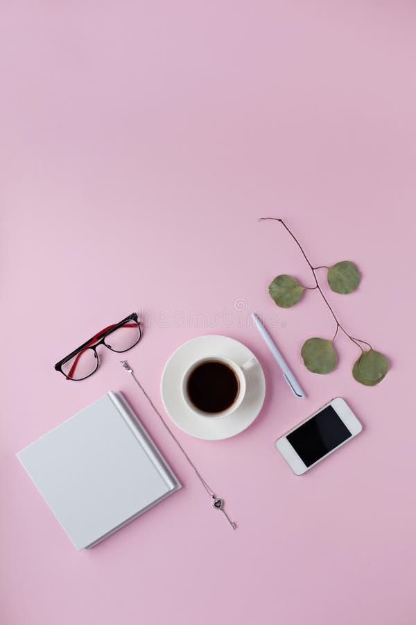 De creatieve vlakte legt regeling op roze achtergrond stock afbeeldingen
