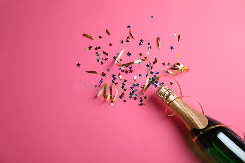 De creatieve vlakte legt samenstelling met fles champagne en ruimte voor tekst royalty-vrije stock foto