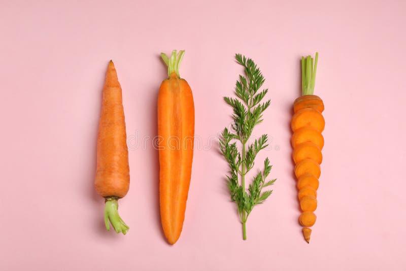 De creatieve vlakte legt samenstelling met verse rijpe wortelen stock foto
