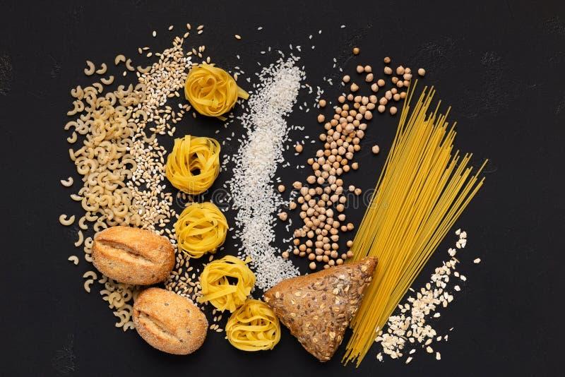 De creatieve vlakte legt van gezond voedselhoogtepunt van koolhydraten op zwarte royalty-vrije stock foto