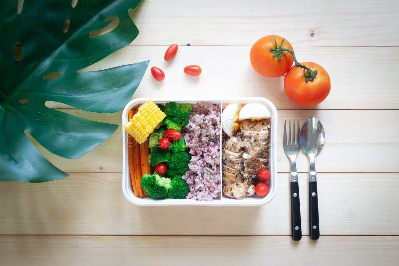 De creatieve vlakte legt van lunchdoos met variatiekleur van vegetabl stock foto
