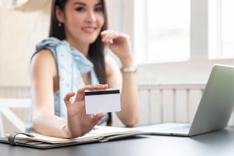De creditcard Freelancer van de bedrijfsvrouwenholding royalty-vrije stock afbeeldingen