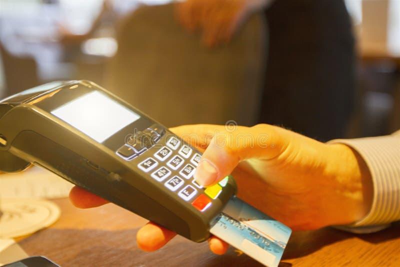 De creditcard jat door terminal stock foto