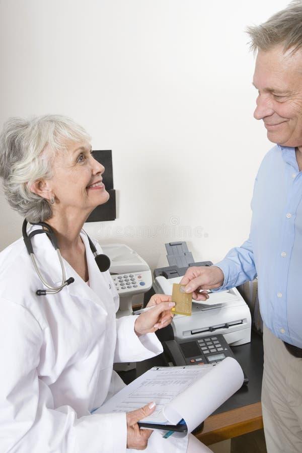 De Creditcard van artsenaccepting payment through Van Patiënt royalty-vrije stock afbeeldingen