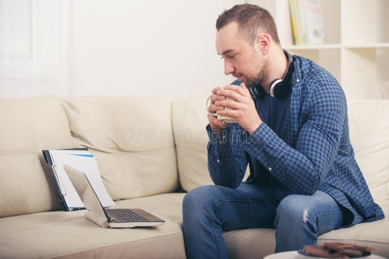 De creditcard van de mensenholding en het gebruiken van laptop royalty-vrije stock fotografie