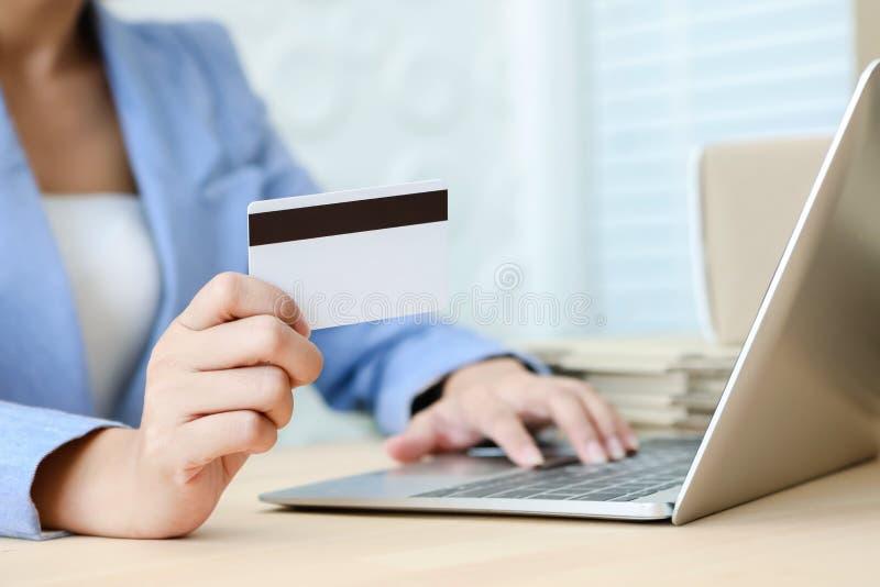 De creditcard van de handholding het typen op het toetsenbord van laptop voor online het winkelen elektronische handelconcept royalty-vrije stock afbeelding