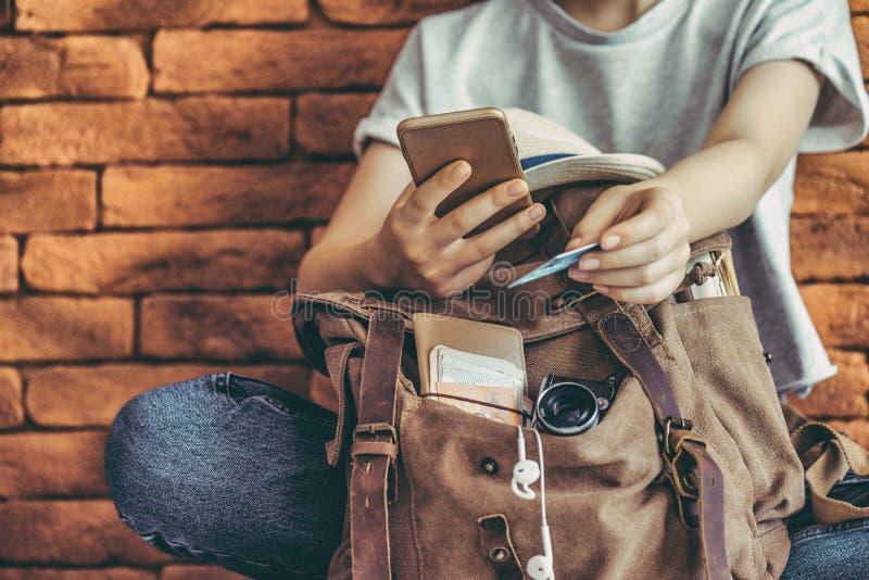 De creditcard van de handholding met hand voor betaling het online winkelen royalty-vrije stock afbeeldingen