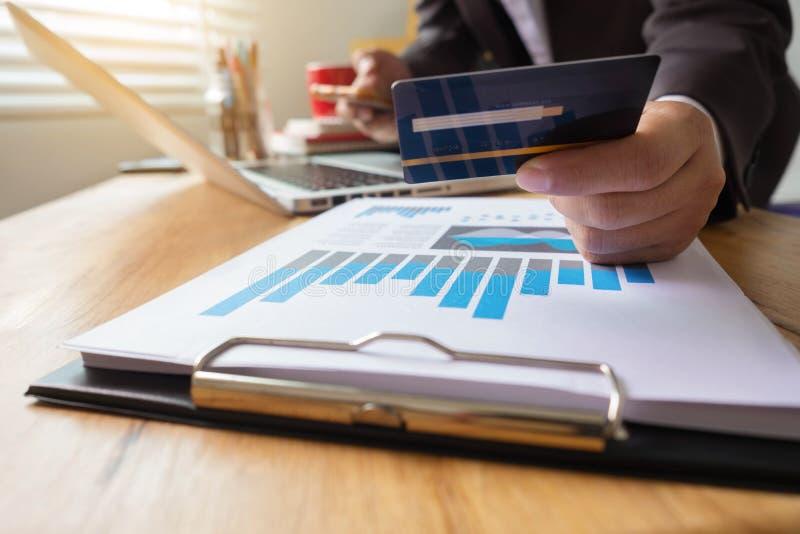 De creditcard van het zakenmangebruik aan online het winkelen stock foto