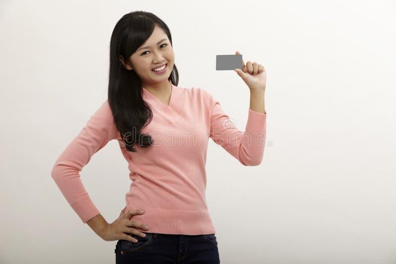 De Creditcard van de holding van de vrouw royalty-vrije stock afbeelding